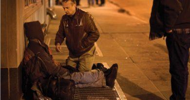 Médico se veste de mendigo há 20 anos para tratar moradores de rua de graça
