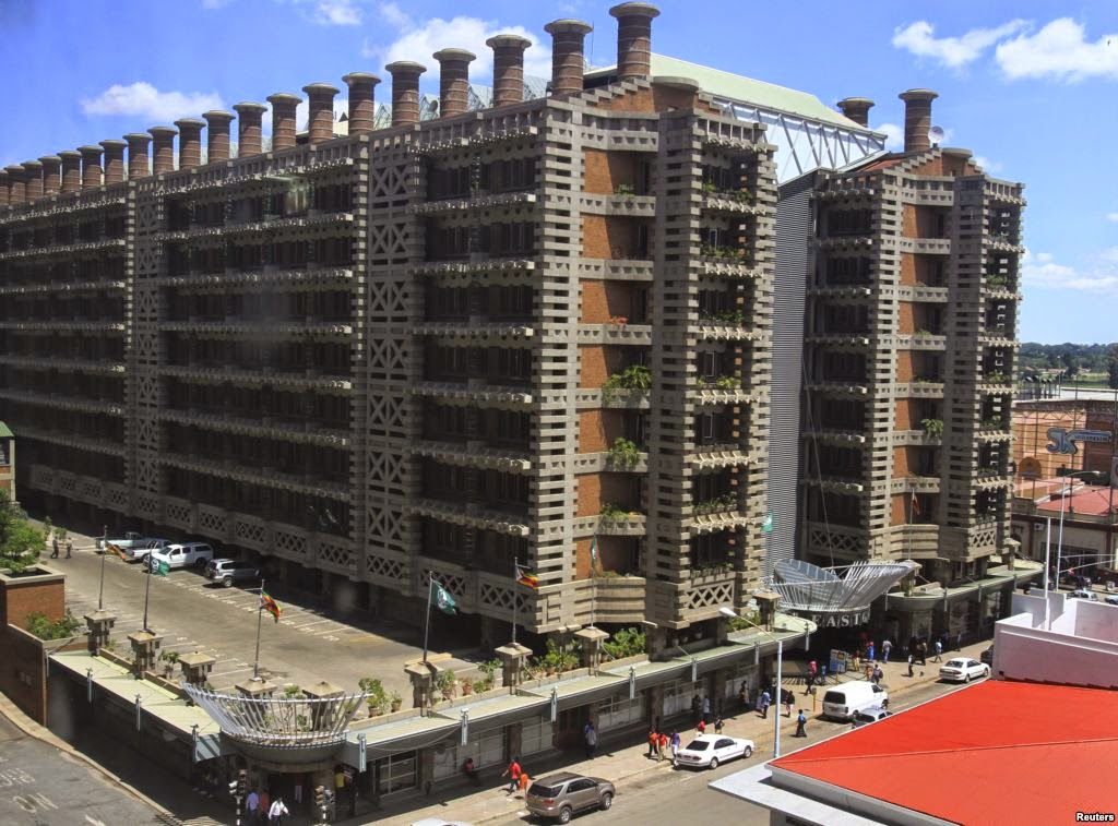 Eastgate Center (Shopping Center e salas comerciais, vide imagem à esquerda), na cidade de Hare, no Zimbábue