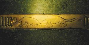 Imagem 02: O animal à esquerda seria uma representação aproximada de um Shunossauro (supostamente extinto há 160 milhões de anos). O animal à direita seria uma representação de um Vulcanodon (supostamente extinto há 185 milhões de anos).