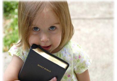 Pesquisa indica que prática da fé na infância afasta jovens do alcoolismo e drogas