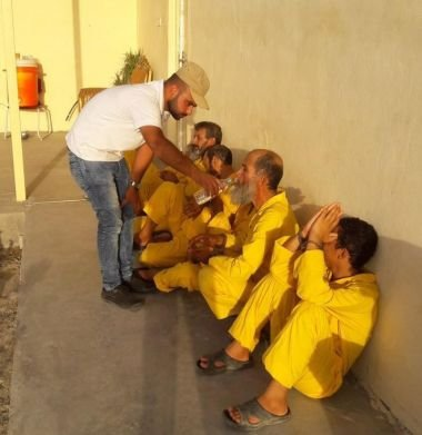 Sadiq oferecendo água para militantes do Estado Islâmico. (Foto: Preemptive Love)
