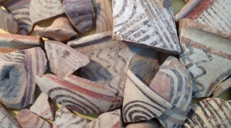 Algumas peças de cerâmica de estilo tipicamente filisteu multicolorido encontradas na antiga Gezer. Crédito da imagem: Sam Wolff