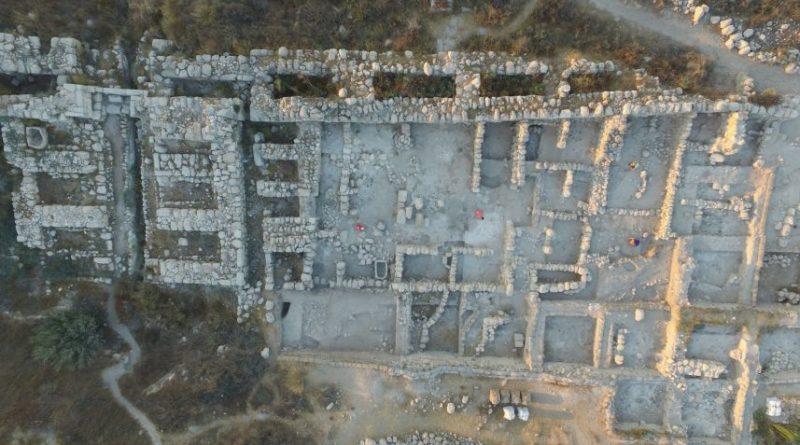 Vista aérea do edifício palaciano encontrada na antiga Gezer, que os arqueólogos provisoriamente dataram no tempo do Rei Salomão. Crédito da imagem: Tel Gezer projeto de escavação, Steven M. Ortiz